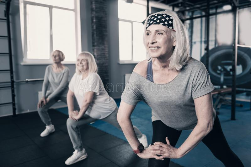 Kvinna för tre pensionär som gör sträckning tillsammans royaltyfri foto
