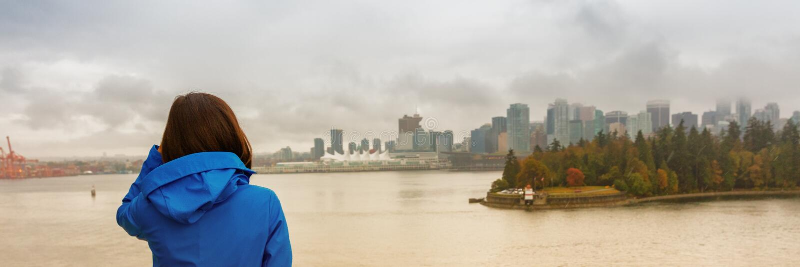 Kvinna för Vancouver stadslivsstil som ser kolhamnen, British Columbia, Kanada lopp turist- student i stad som tycker om utomhus arkivbild
