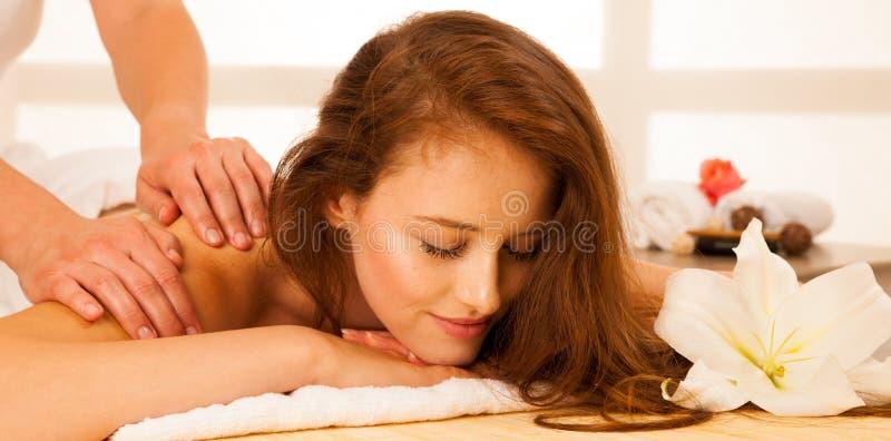 kvinna för vatten för brunnsort för hälsa för huvuddelomsorgsfot Behandling för Spa kroppmassage Kvinna som har massage i brunnso arkivfoto