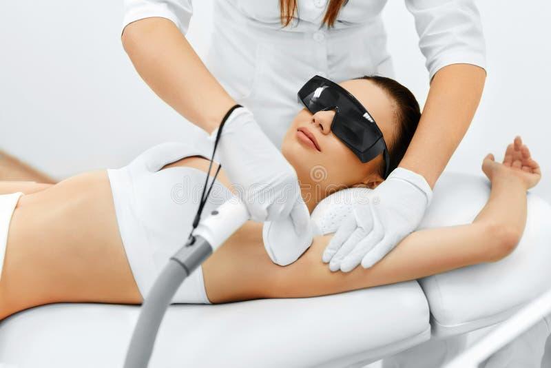 kvinna för vatten för brunnsort för hälsa för huvuddelomsorgsfot Laser-hårborttagning Epilation behandling Slät hud royaltyfria bilder