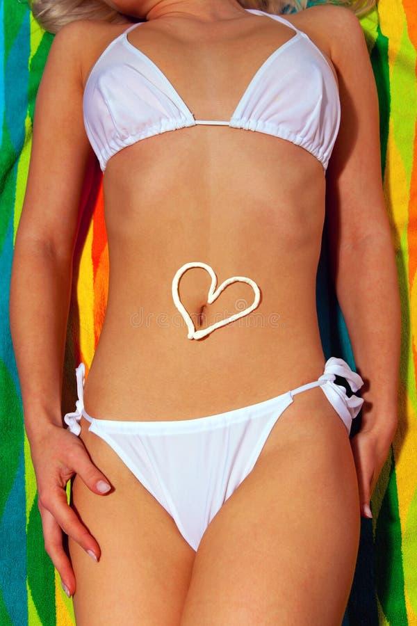 kvinna för white för solbränna för bikinilotio solbada royaltyfri bild