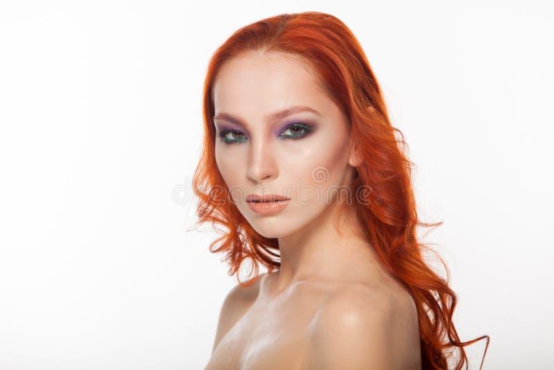 Kvinna från ganska hud med långt lockigt rött hår för skönhet Isolerad bakgrund royaltyfria foton