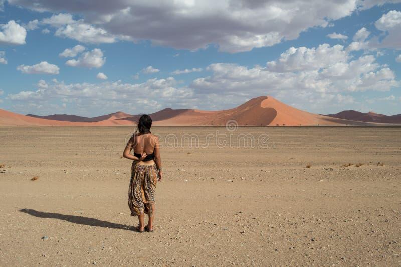 Kvinna framme av dyn 35, ökenlandskap, Sossusvlei, Namibia arkivfoto