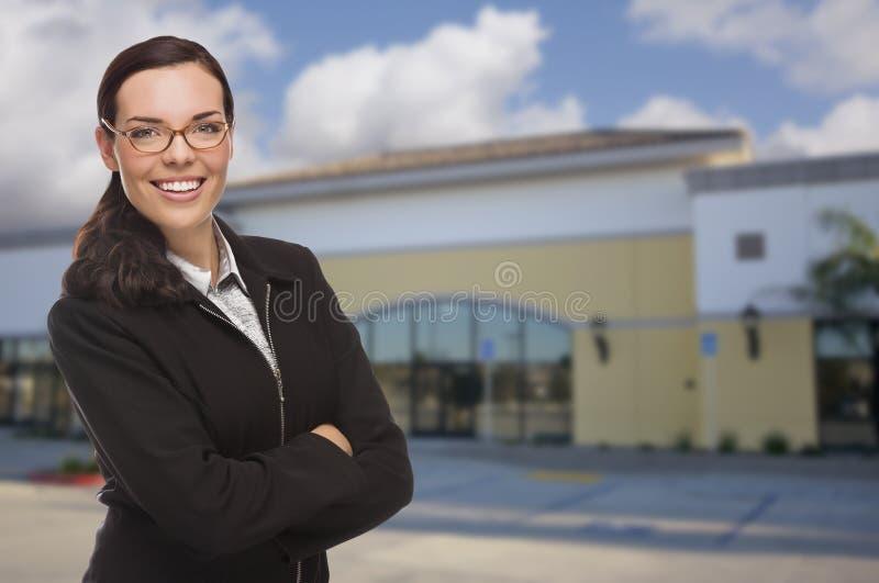 Kvinna framme av kommersiell byggnad fotografering för bildbyråer
