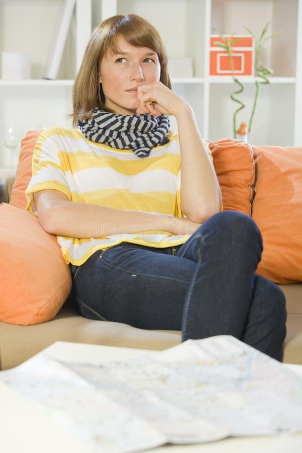 Kvinna hemma med loppöversikten arkivfoto