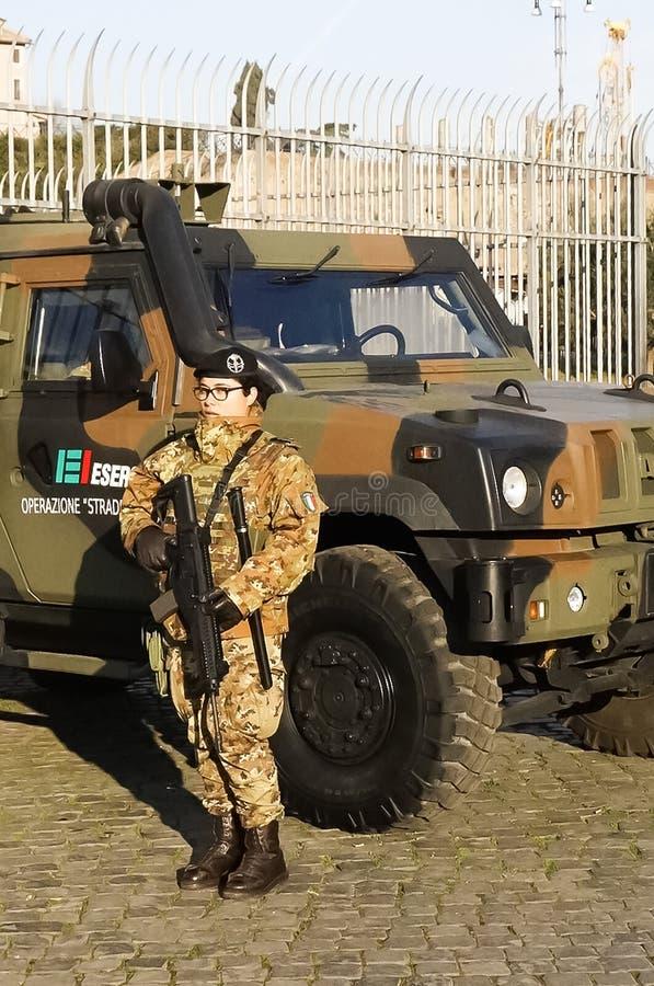 Kvinna i armén arkivfoton