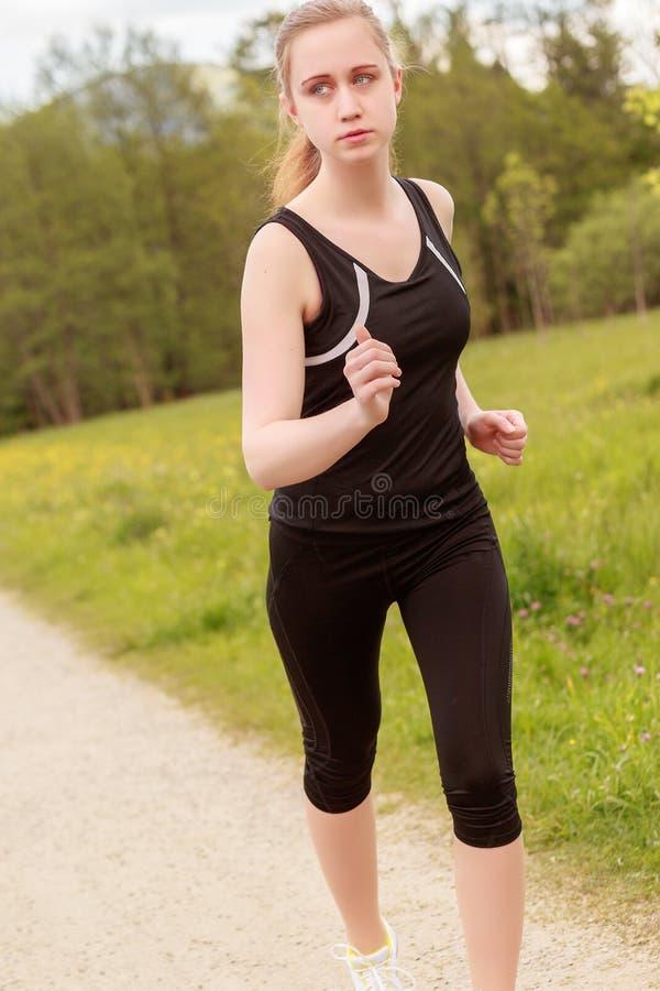 Kvinna, i att jogga för sportdress royaltyfri fotografi