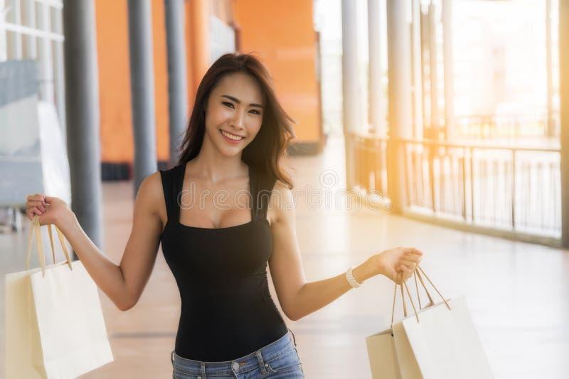 Kvinna, i att shoppa dag arkivbild