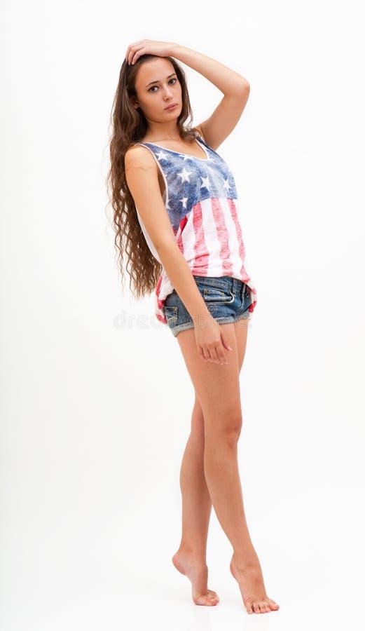 Kvinna i bästa färger av USA flaggan och jeans arkivfoton