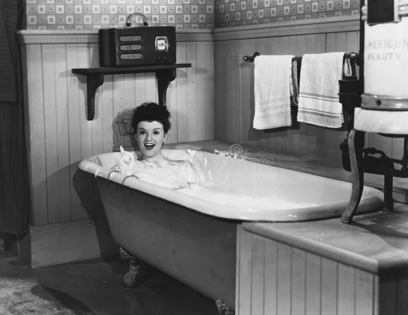 Kvinna i badkar royaltyfria bilder