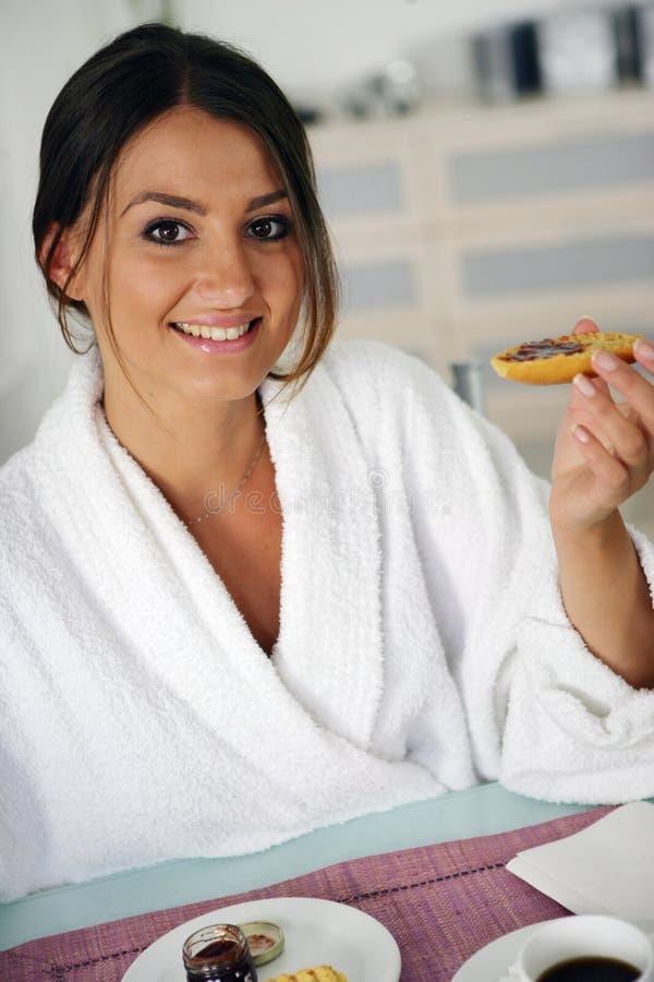 Kvinna i badrock arkivbild