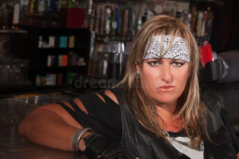 Kvinna i Bandanna på en bomma för royaltyfria foton