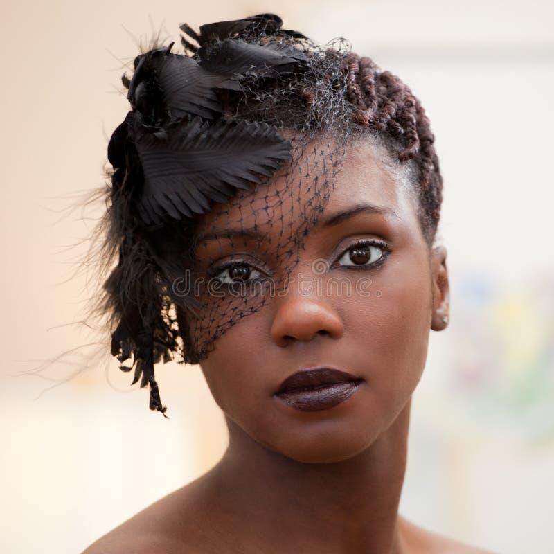 Kvinna i beslöjad huvudbonad för infall royaltyfri foto