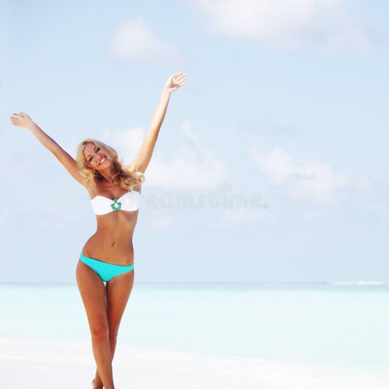 Kvinna i bikini på strand arkivfoton