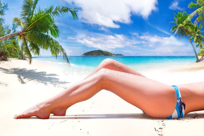 Kvinna i bikini på sommarferier royaltyfria bilder
