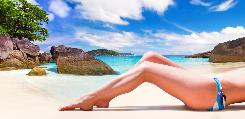 Kvinna i bikini på sommarferier royaltyfri bild