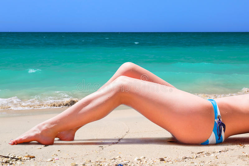 Kvinna i bikini på sommarferier royaltyfri fotografi