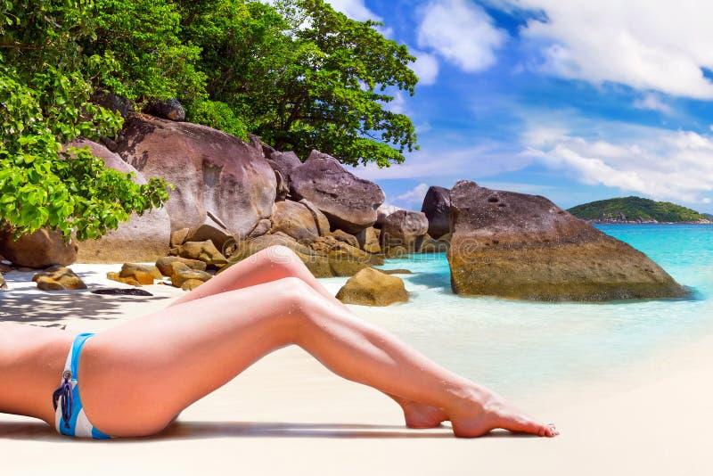 Kvinna i bikini på sommarferier arkivbilder