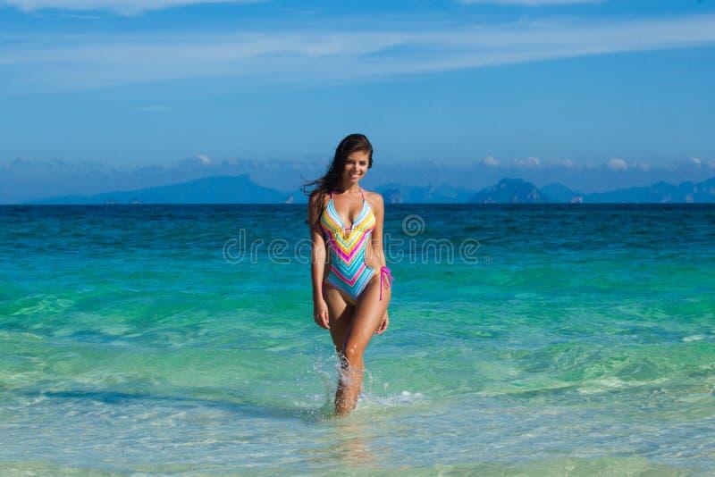 Kvinna i bikini p? sj?sidan royaltyfri fotografi