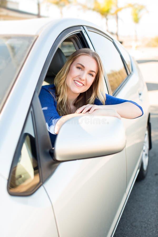 Kvinna i bil royaltyfri bild