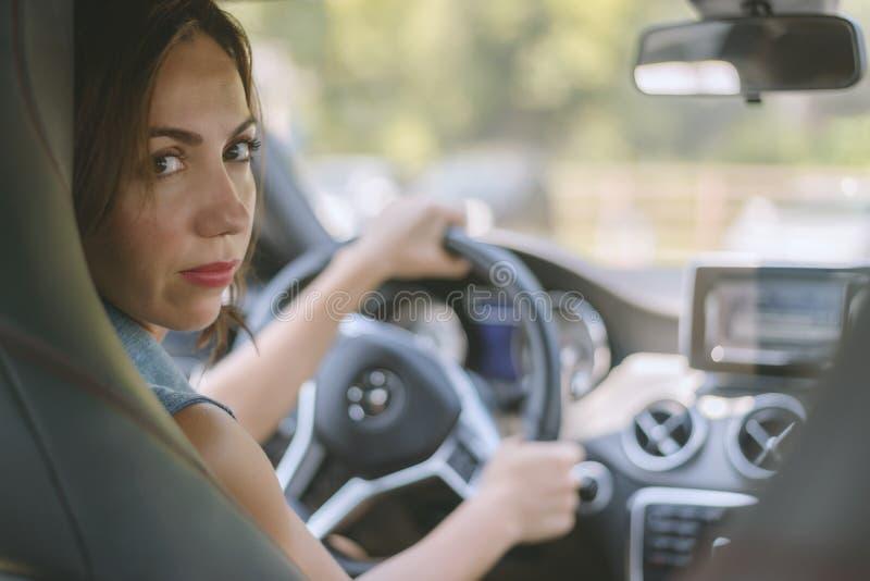 Kvinna i bilen arkivfoto