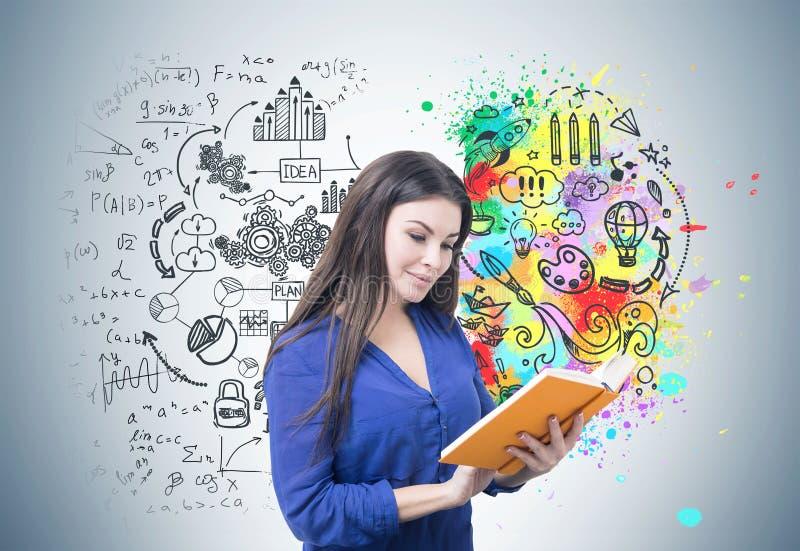 Kvinna i blå läsning en bok, hjärna royaltyfri fotografi