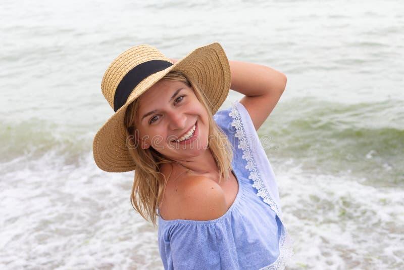 Kvinna i blåa sundress arkivfoton