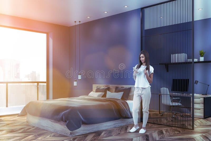 Kvinna i blått sovrum med inrikesdepartementet fotografering för bildbyråer