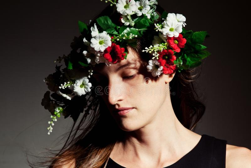 Kvinna i blom- krona fotografering för bildbyråer