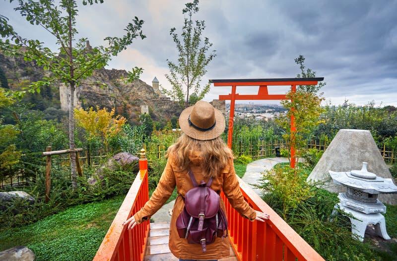Kvinna i botanisk trädgård av Tbilisi royaltyfri bild