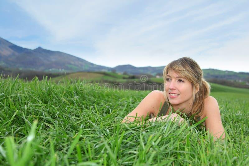 Kvinna i bygd fotografering för bildbyråer