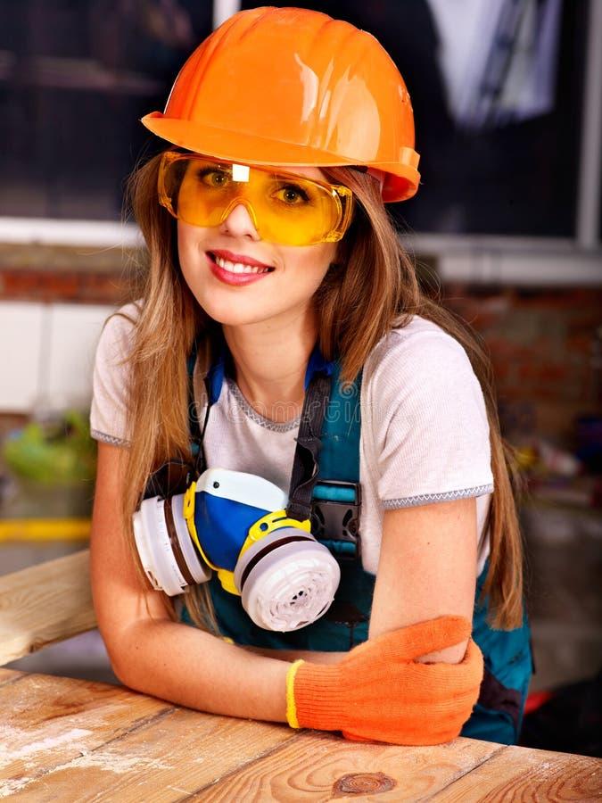 Kvinna i byggmästarerespirator. royaltyfria bilder