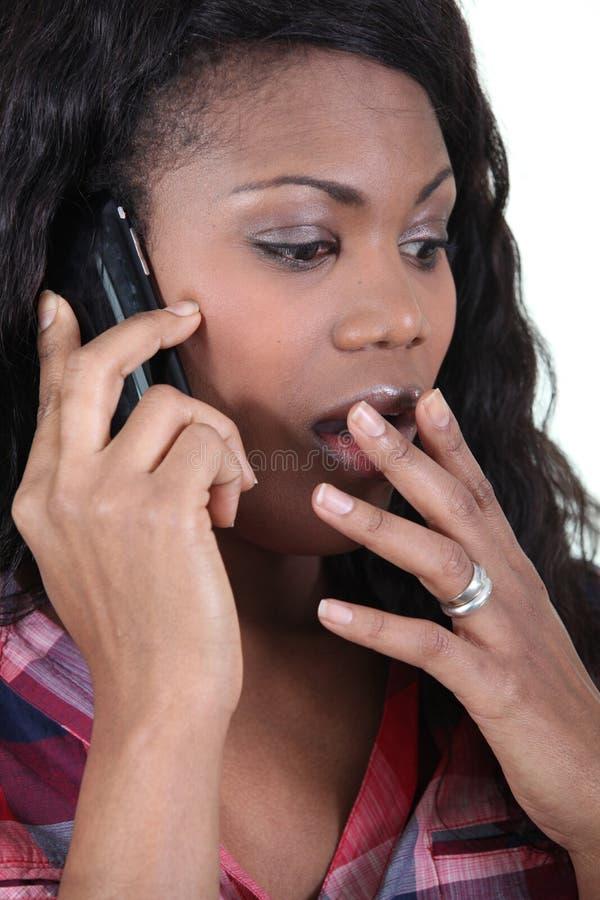 Kvinna i chock på telefonen fotografering för bildbyråer