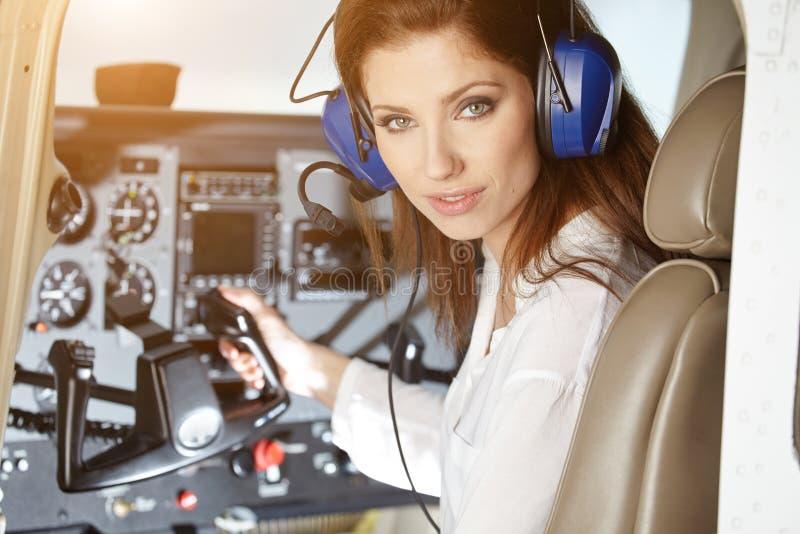 Kvinna i cockpit royaltyfri bild