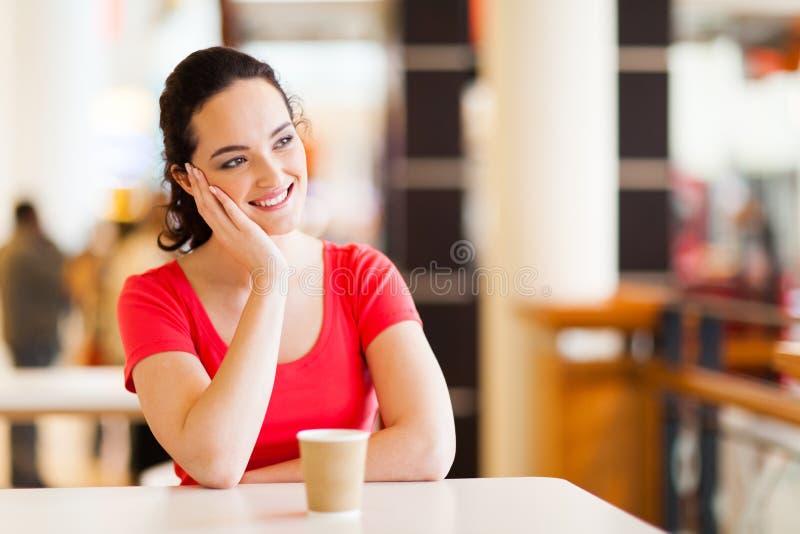 Kvinna i coffee shop arkivfoto