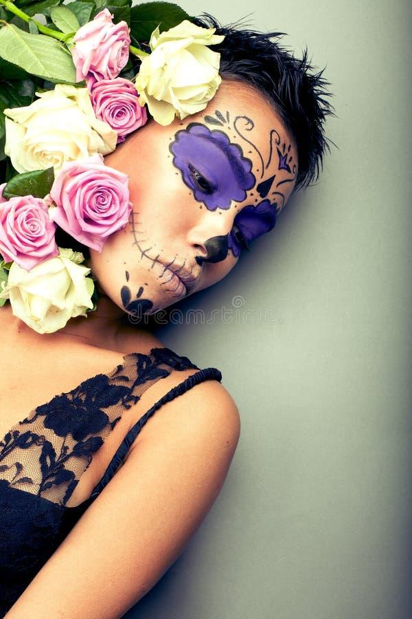 Kvinna i dag av den döda maskeringsståenden royaltyfri fotografi