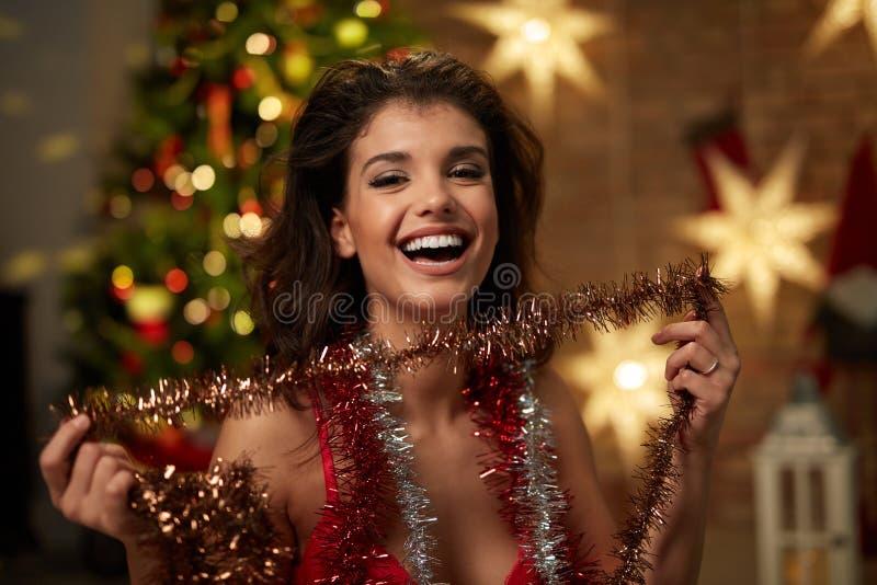 Kvinna i damunderkläder med julgranen royaltyfri foto