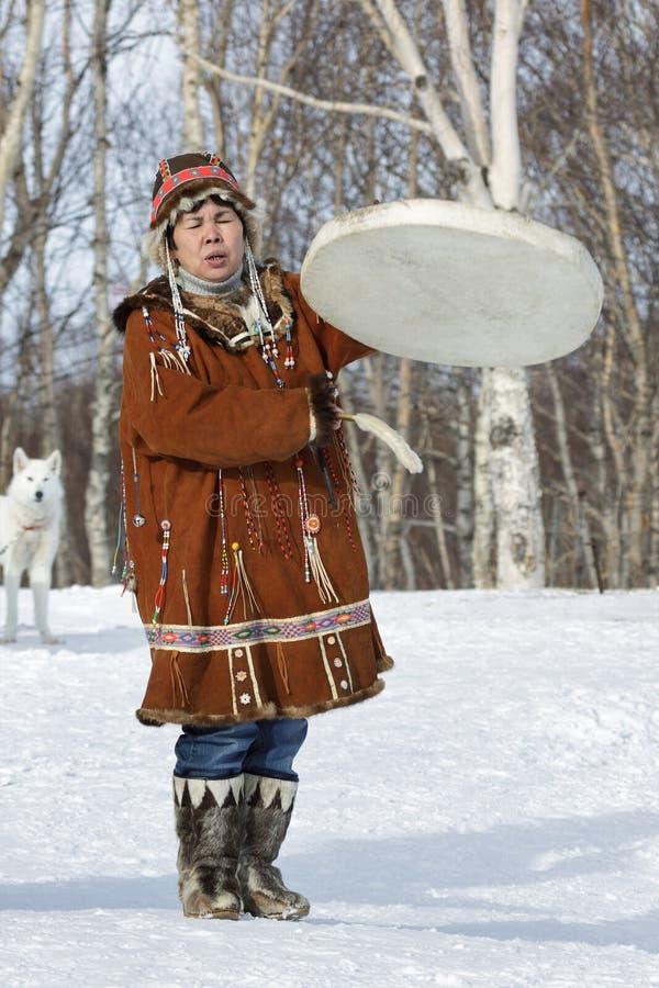 Kvinna i dans, takter tamburinen och sjunga för Koryak nationellt klänning fotografering för bildbyråer