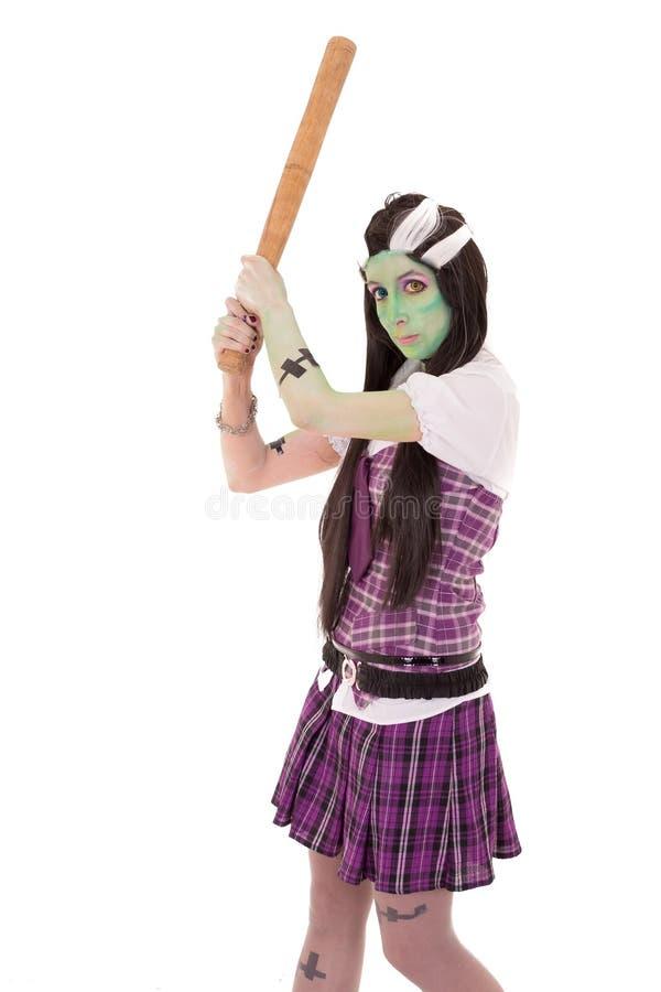 Kvinna i den Frankenstein dräkten med slagträet arkivbild