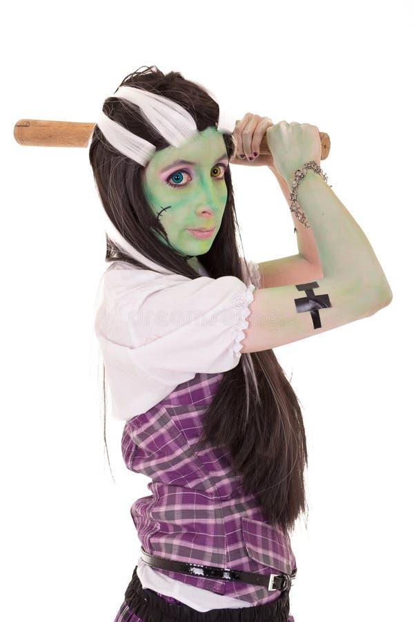 Kvinna i den Frankenstein dräkten med slagträet royaltyfri foto