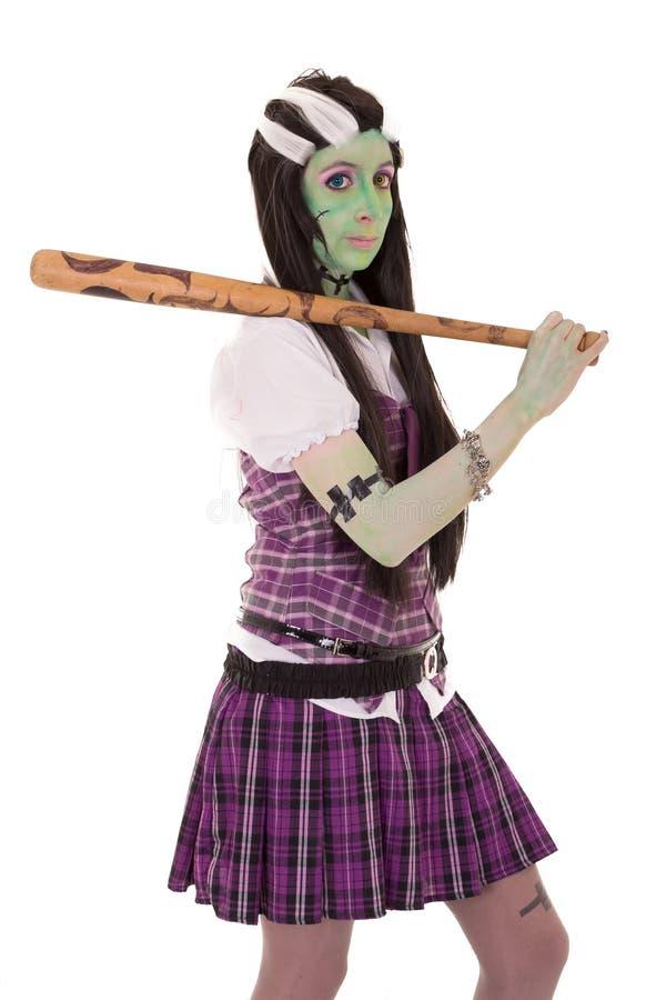Kvinna i den Frankenstein dräkten med slagträet royaltyfri bild