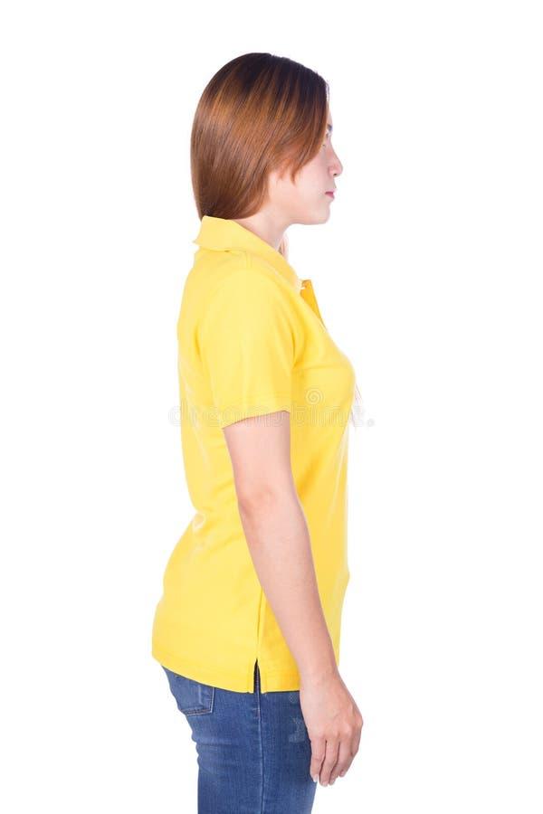 Kvinna i den gula poloskjortan som isoleras på den vita bakgrundssidan VI arkivbilder