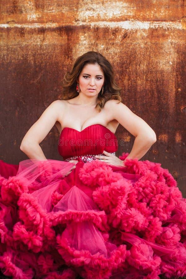 Kvinna i den molniga röda klänningen, lantlig stil arkivbild