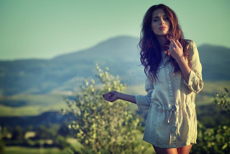 Kvinna i den Tuscany trädgården arkivfoton