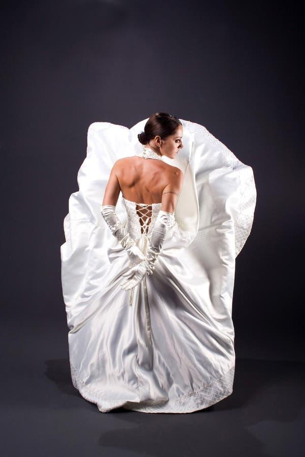 Kvinna i den vita bröllopsklänningen arkivfoto