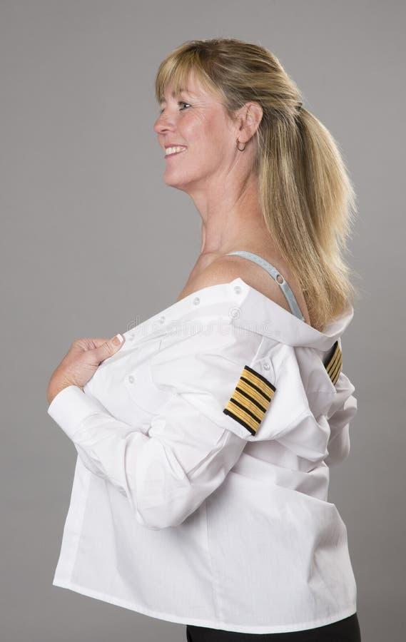 Kvinna i den vita enhetliga skjortan som får klädd royaltyfri foto