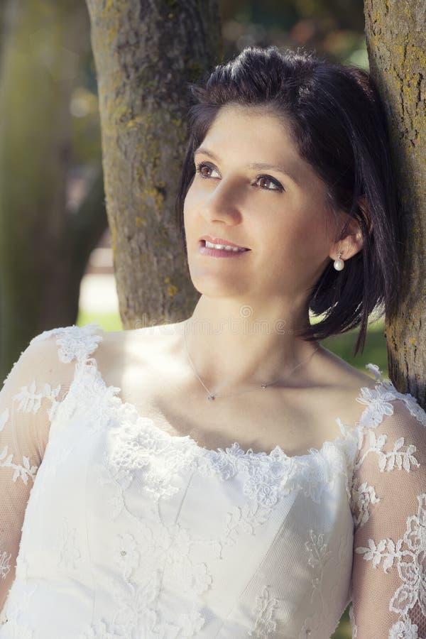 Kvinna i den vita klänningen för bröllop utomhus royaltyfria bilder