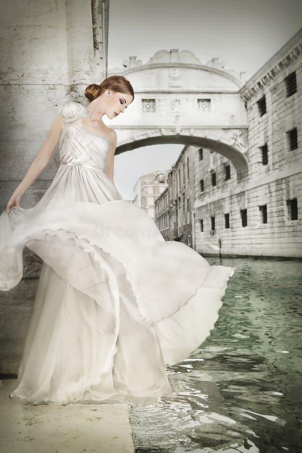 Kvinna i den vita klänningen, i Venedig, Italien royaltyfria foton