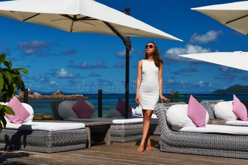 Kvinna i den vita klänningen nära poolside arkivbilder