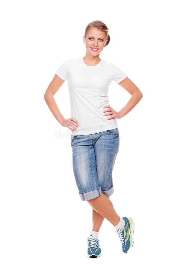 Kvinna i den vita ten-shirt, kortslutningar och rustande skor arkivfoto
